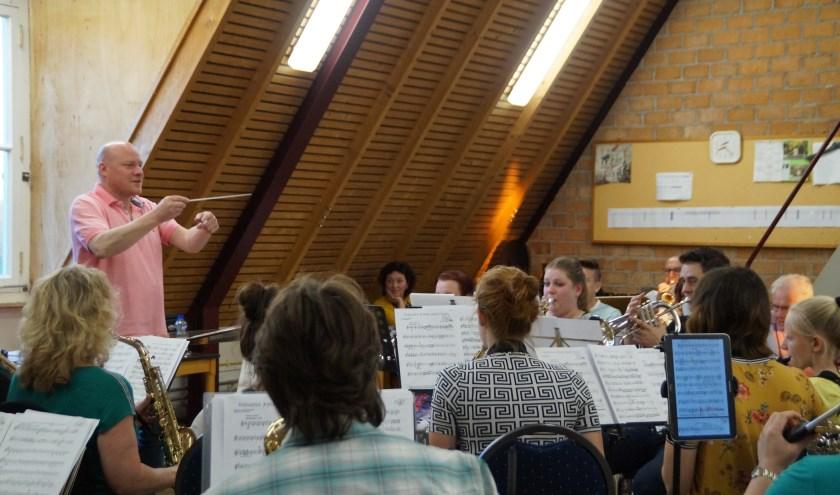De Maestro's begeleiden komende weken om de beurt het orkest van OBK om zich voor te bereiden op de muzikale strijd van 21 juni. De maestro op de foto is Cornelis van Dalen
