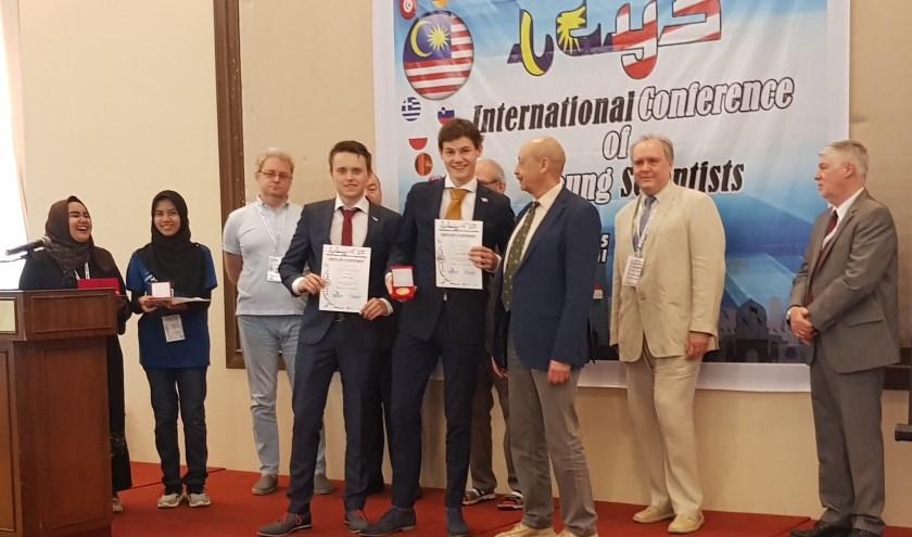 Tom Huijben en Cédric Louwers tijdens de prijsuitreiking in Maleisië.