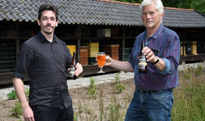 Brouwer Bas IJsveld (links) en imker Paul Holterman introduceren hun honingbier. Ze staan voor de bijenkasten. (foto: Ab Hendriks)