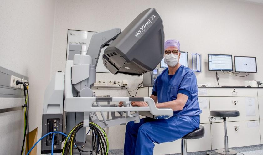 Gynaecoloog dr. Ruud Bekkers achter de Da Vinci Xi operatierobot in het Catharina Ziekenhuis. FOTO: Catharina Ziekenhuis.