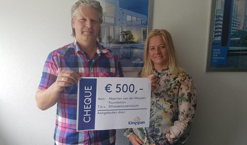 Markwin Drent & Chantal Heuvelman.  Markwin is één van de helden die mee zal zwemmen met Maarten van der Weijden en is blij met de bijdrage. (Foto: Kingspan Insulation)