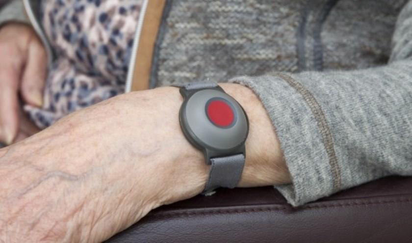 Personenalarmering maakt het voor ouderen en mensen met een beperking mogelijk om zo lang mogelijk thuis te wonen. Eigen foto.