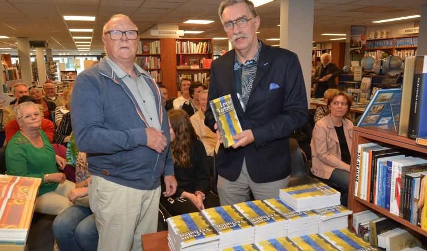 Aart van de Weerd ontving het eerste exemplaar van het boek dat 23 levensverhalen van Veenendalers bevat. Het is een eigen uitgave waarvan er maar 250 stuks zijn gemaakt. (Foto's: Pieter Vane)
