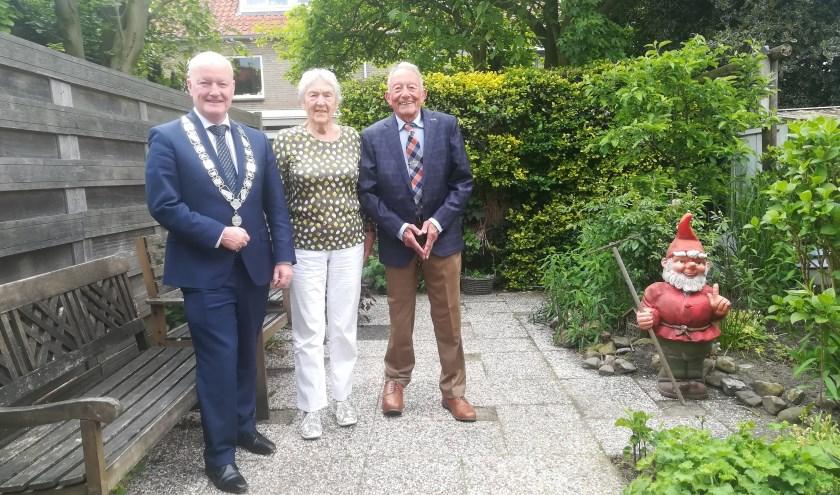 Burgemeester Ruud van Bennekom kwam het echtpaar feliciteren. FOTO: Agnes Laurens