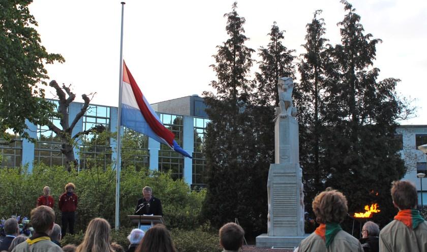 Loco-burgemeester Andre Landwehr sprak de belangstellenden toe vooraf aan de kranslegging. FOTO: Els van Stratum