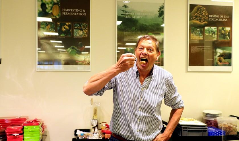 Medeorganisator Sjaak proeft zijn zelfgemaakte bonbon bij het chocoladeatelier.