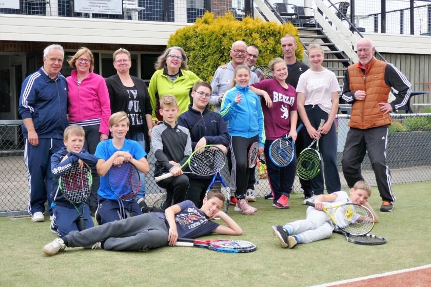 Deelnemers en begeleiders jeugdkamp.