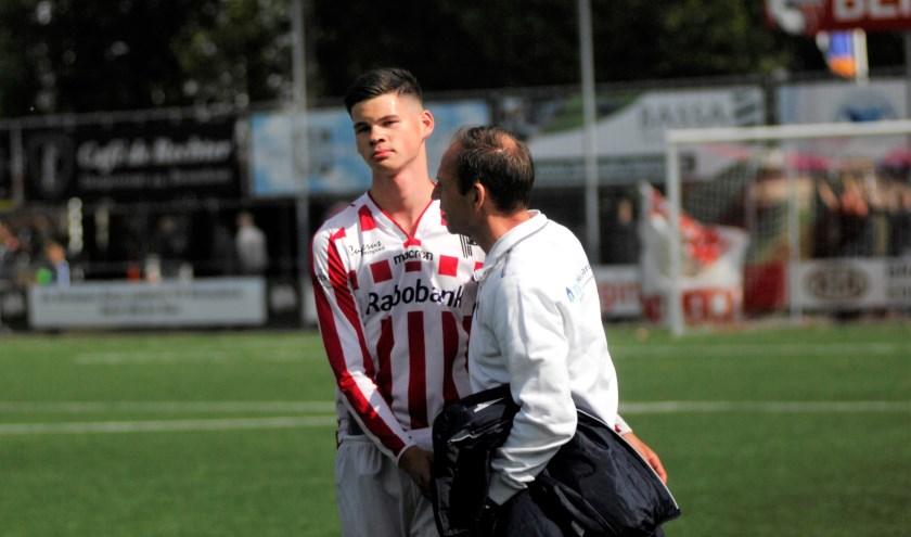 Quincy Veenhof wordt getroost door trainer Brehler. De speler vertrekt naar IJsselmeervogels, maar stond ook in de belangstelling van PSV die hem diverse keren heeft gescout. (foto: gertbudding.nl)