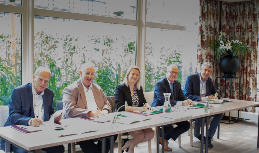 Dirk Pons (DSW), Bob Venhuizen (Woonplus), wethouder Patricia van Aaken, Edwin Wulff (Argos Zorggroep) en Ben de Koning (Frankelandgroep).