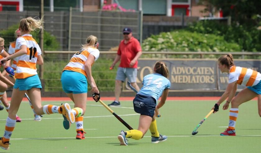 Een spelmoment van een der laatste competitiewedstrijden. (dameswedstrijd). Foto: MHC Nieuwegein.