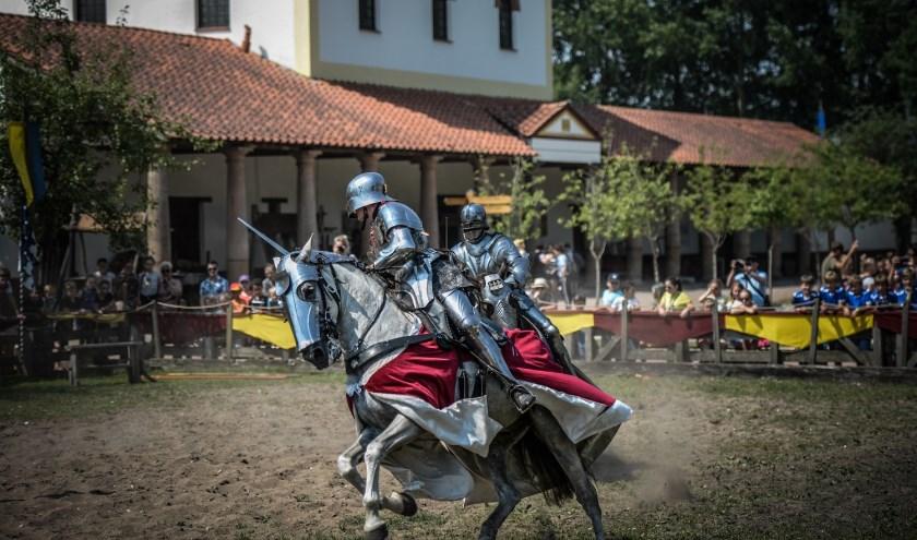 Afgevaardigde ridders van de Hoeken en Kabeljauwen komen naar Archeon om het geschil uit te vechten met het riddertoernooi.