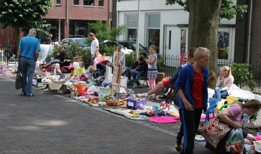 De kleedjesmarkt is één van de onderdelen van de Hessenmarkt en de jeugd krijgt een plek naast het Raadhuis