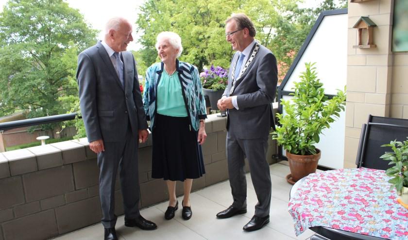 Wim en Rie van der Steeg op hun balkon aan de Brinkhove samen met burgemeester Koos Janssen.FOTO: Lydia van der Meer