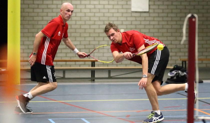 Erick en Wilco in actie. Badminton heeft vrijwel iedereen wel eens gespeeld, al dan niet op de camping. Maar wat is nou precies dynamictennis?  (foto Tibor Firityyaszki)