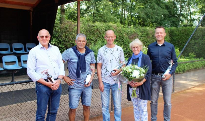 De vijf jubilarissen (25 of 40 jaar lid) van NTC De Wiltsangh met de bloemen en een fles wijn op de tennnisbanen.