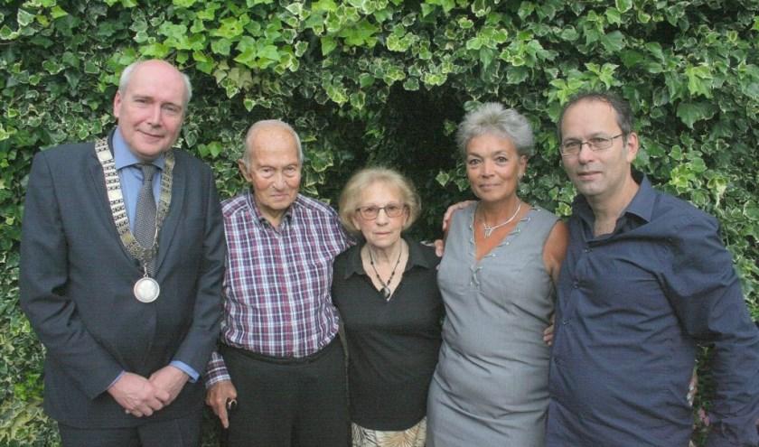 Het diamanten echtpaar Hein en Liesbeth Creutzburg-Van der Rijst geflankeerd door loco-burgemeester Kees Geldof, dochter Lisette en zoon Dick. (Foto: Rinus Verweij)