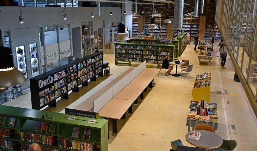 De Bibliotheek Liemers is inmiddels naar Hal 12 verhuisd. In het midden de onlangs geplaatste lees- en computertafels. (foto: Ab Hendriks)
