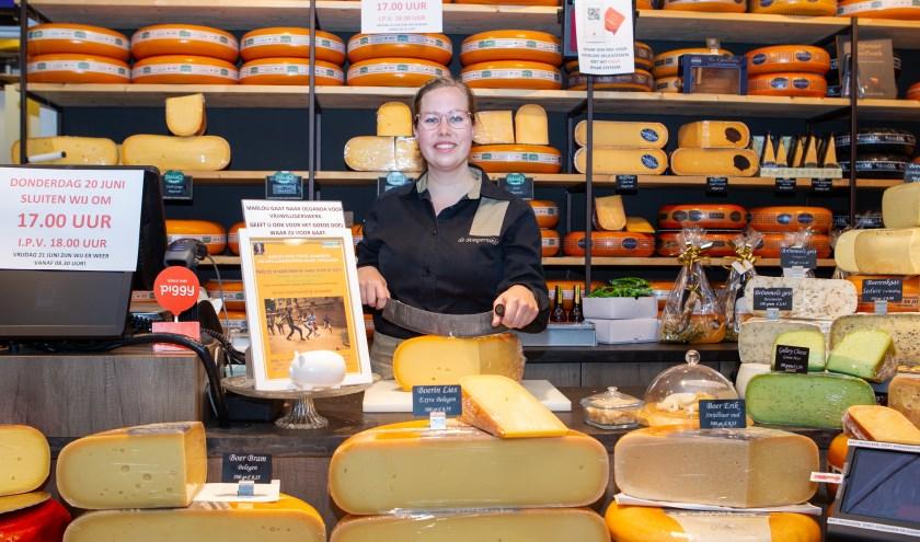 Marlou van Huet in De Pompernikkel, de kaas en delicatessenwinkel aan de Thuvinestraat, waar ze regelmatig werkt.