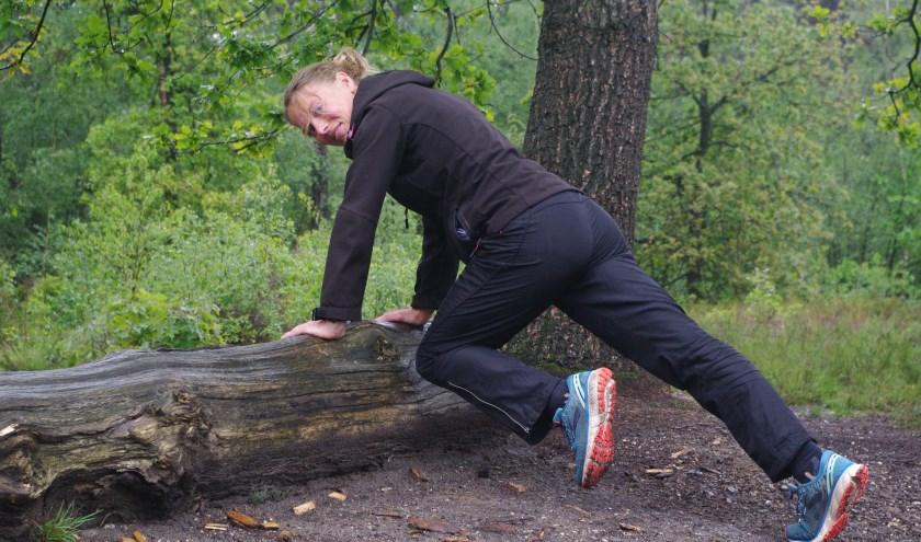 Madelon traint het liefste buiten, in het bos en op de hei, omdat de natuur een positieve invloed uitoefent op mensen. Ze worden zich sneller bewust van hun omgeving en van zichzelf. Foto: Annemieke van Ipenburg.