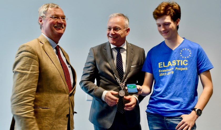 Burgemeester Gerritsen lanceert de app Elastic samen met de heer Ten Cate en maker van de app, Wouter Büthker