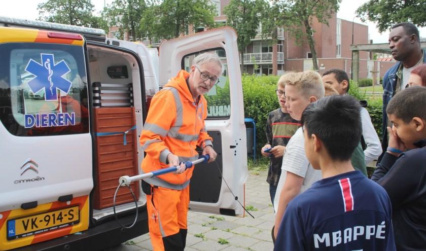 Nadat coördinator Ben van Maurik een cheque van 540 euro had ontvangen mochten de gulle gevers - leerlingen van de Baanbreker en Didi - een kijkje nemen in de dierenambulance. (Foto: Lysette Verwegen)