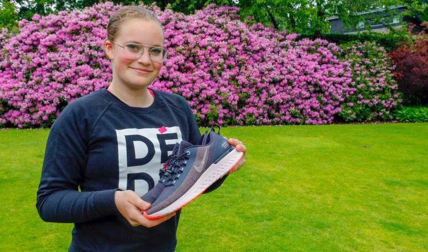 """De 14-jarige Imke van Loon heeft al meerdere dierbaren in haar omgeving verloren aan kanker. """"Vooral voor hen ga ik lopen en geld ophalen. Dat echt niemand meer die rotziekte krijgt."""" FOTO: Bert Jansen."""