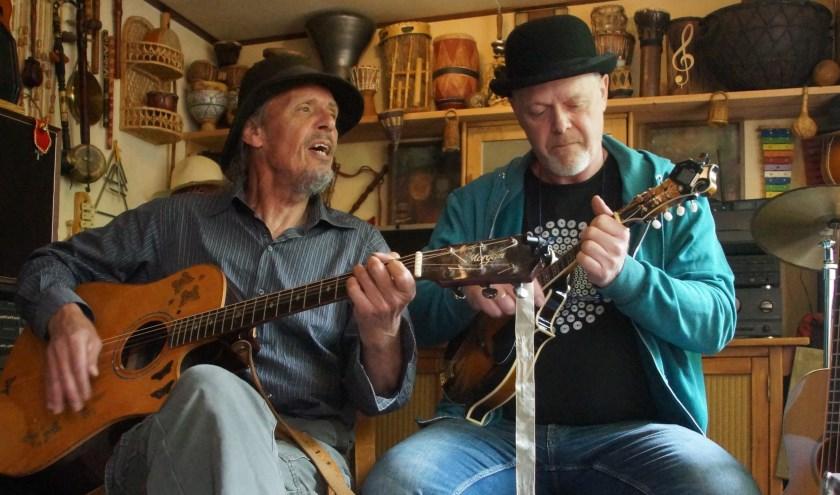Reitse Lemstra en Luuk van Zutphen van de Raising Hats. Zondag 16 juni speelt de band om 15.00 uur in het RIE-Theater