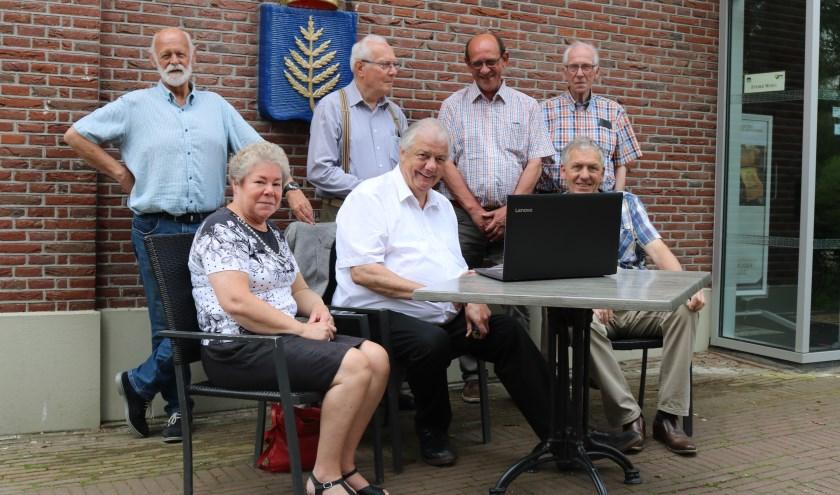 De werkgroep, op de achterste rij van links naar rechts Karel van der Meer, Dick Poortman, Gerrit Fokker, Chris Konings. Zittend Helma Nijkamp, Albert Last en Gerrit ten Wolthuis. Foto: Jan Joost.