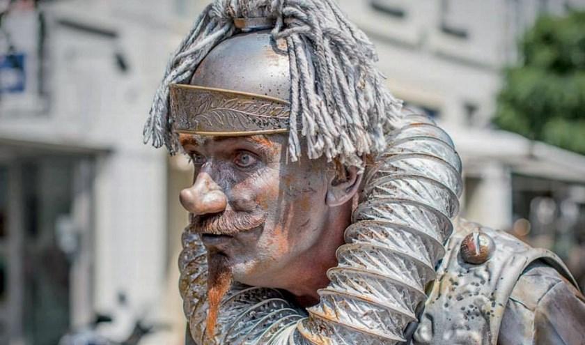 De Malle Man van La Mancha bezoekt op zaterdag de Zoetermeerse Dorpsstraat.