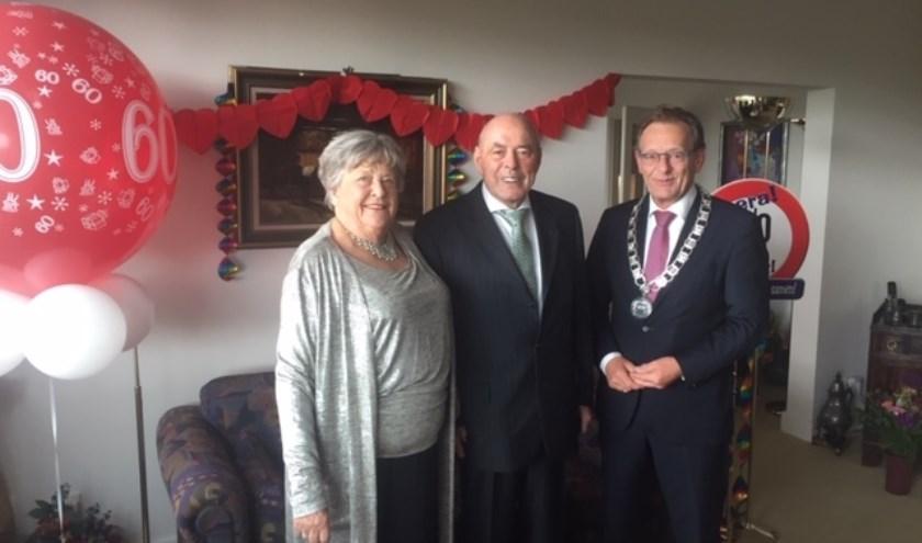 Burgemeester Koos Janssen kwam het bruidspaar feliciteren.
