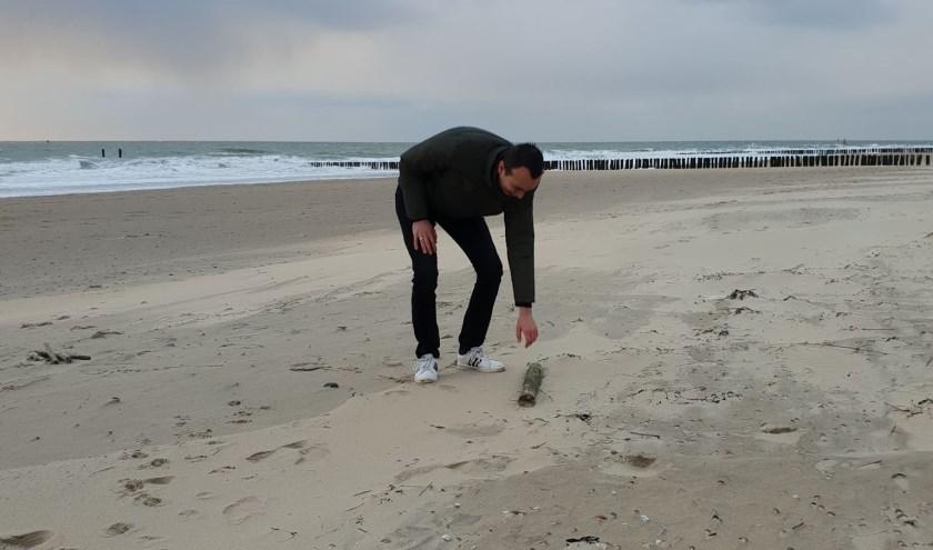 Op één van de Walcherse stranden vindt Jurjen het eerste hout voor zijn Zeeuwse fluit.   FOTO: de Quelery