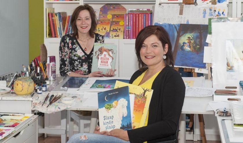 Irene Goede (links) en Marijke ten Cate met hun nieuwe prentenboeken.