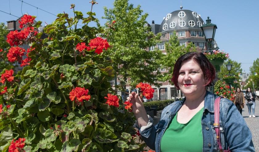 Maria Rantou vindt het heerlijk om vanaf een terrasje naar andere mensen te kijken. (Foto: Michel Groen)