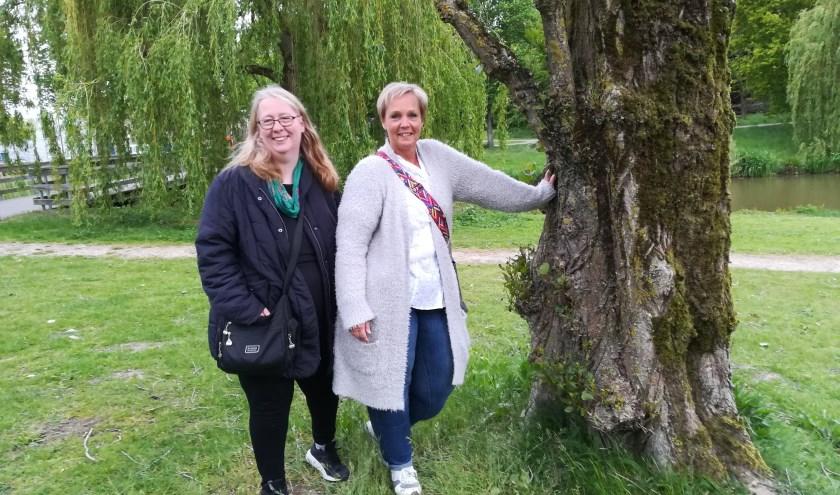 """Miranda en Ester zijn blij met het CooL-traject. Ester: 'Ik neem nu bewust tijd voor mezelf, door lekker te gaan wandelen."""" (foto Anja Straathof)"""