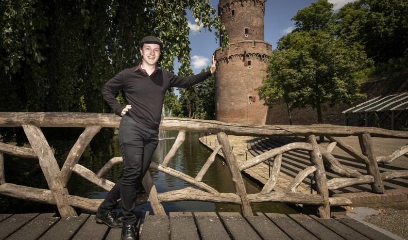 Een thuiswedstrijd voor cabaretier Wouter van de Waterbeemd tijdens TheaterAvenue Nijmegen in het Kronenburgerpark. (foto: Jimmy Israël)