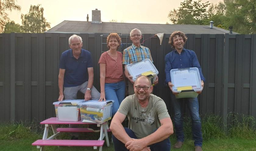 De vrijwillige projectbegeleiders Present met hun klusbox, mogelijk gemaakt door Platform Meedoen & Ondersteuning