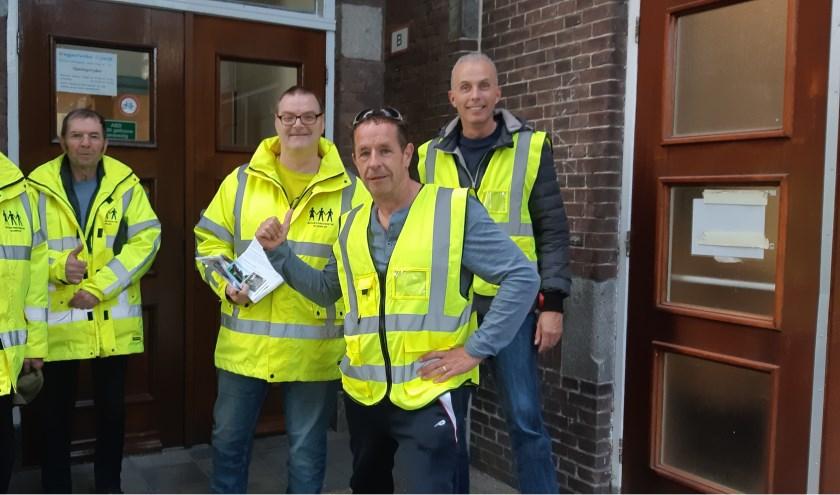 Onze verslaggever Frans Limbertie te midden van buurtpreventen Henk, Leo, Erik en Robert