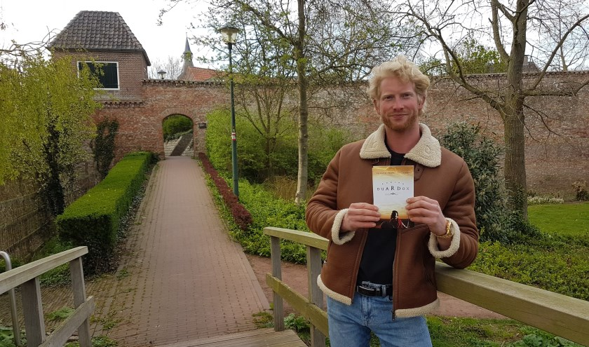 Eduard Poot met zijn boek.