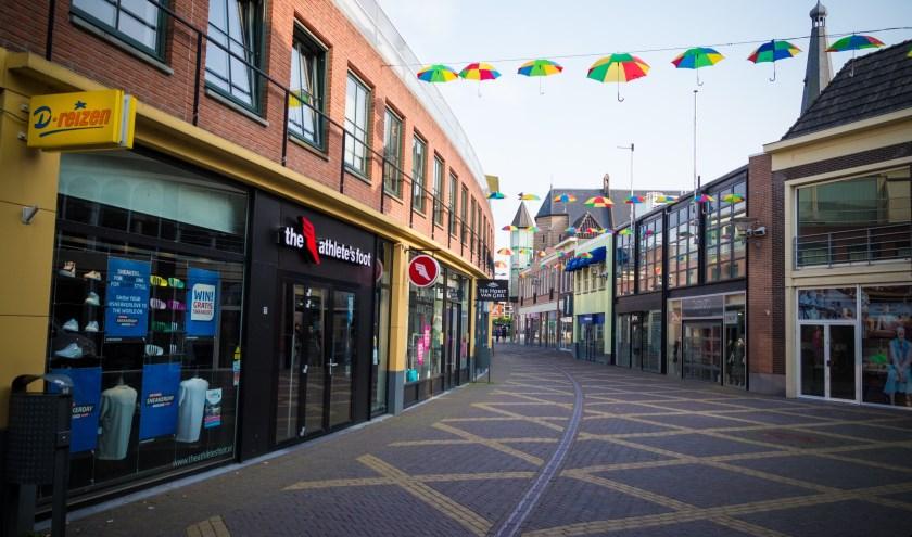 Met kleurrijke paraplu's aan de gevel, is de Catharinastraat in Doetinchem klaar voor het driedaags feest ter gelegenheid van het 20-jarig bestaan.