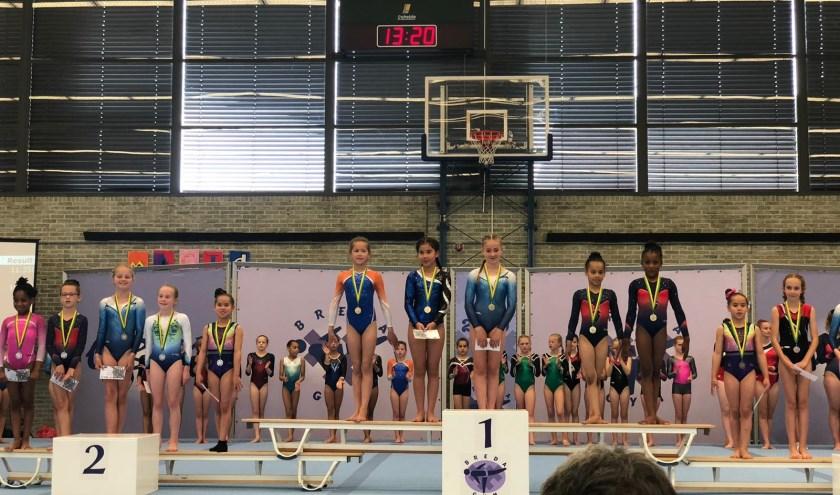 Tess Ten Berge in oranje-blauwe pakje op hoogste podium met winnaars in andere categories