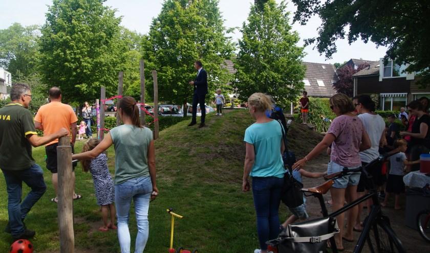WethouderMichiel van Willigen houdt zijn toespraak op de groene speelplek aan het Punterdiep.