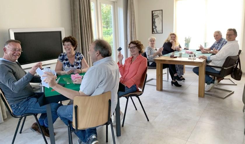 Leren bridgen is leerzaam en vooral heel gezellig. Joke Bunnik geeft les in haar huiskamer en veel deelnemers blijven elkaar ontmoeten op bridgeclub BCIJ of in viertallen bij anderen thuis. (Foto: BCIJ)