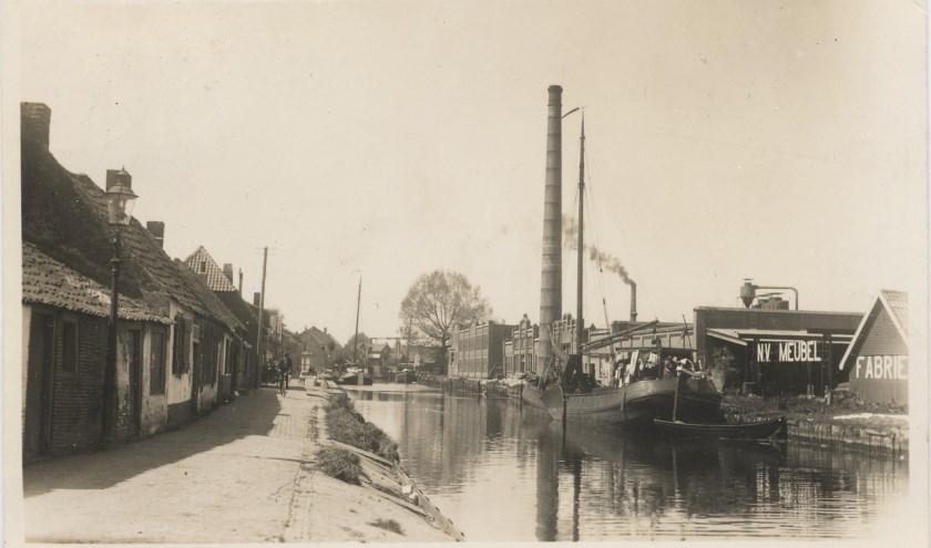 Er is veel veranderd aan de oevers van de Hollandsche IJssel. Alleen de schoorsteen van Schilte staat er nog. (Foto: Beeldbank HKIJ)