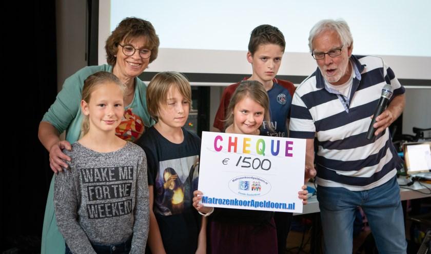 cheque aangeboden door Peter Veenhuizen aan Truus Hermkens en kinderen scholen uit het kristal
