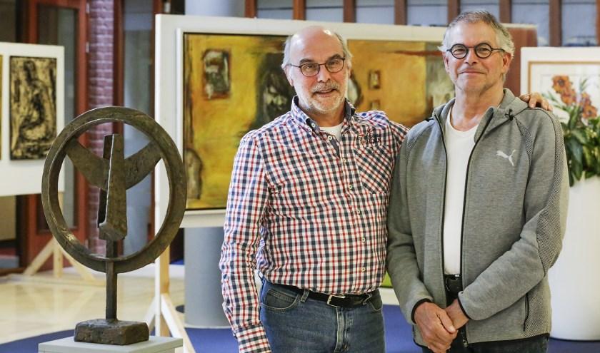 Mark (l) en Theo Derksen in de centrale hal van het gemeentehuis in Heeze. Foto: Jurgen van Hoof