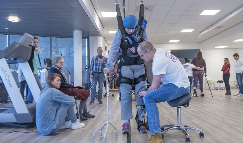 De medisch specialisten in het Daan Theeuwes Centrum maken gebruik van moderne apparatuur, om de jongeren belangrijke vaardigheden opnieuw aan te leren.