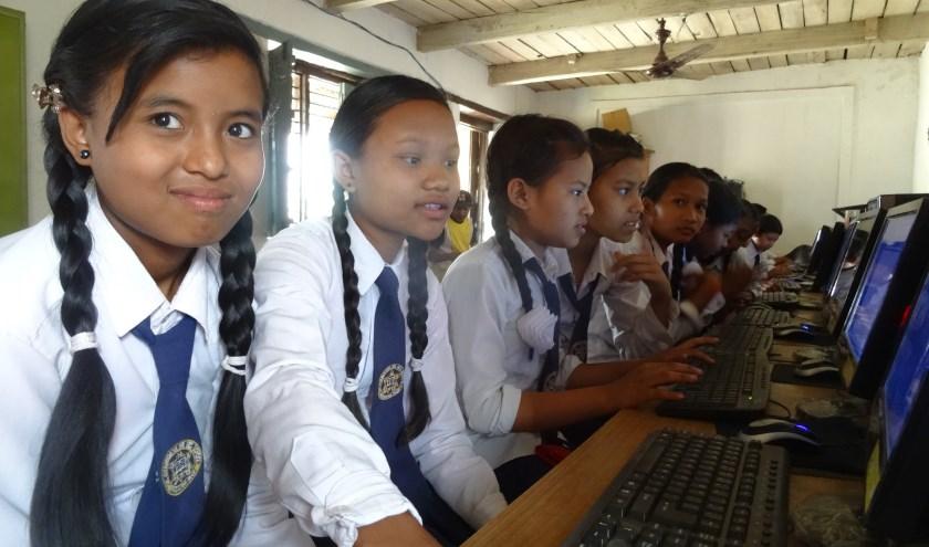 Leerlingen in actie tijdens hun eerste computerles. Foto: Frank Toonen.
