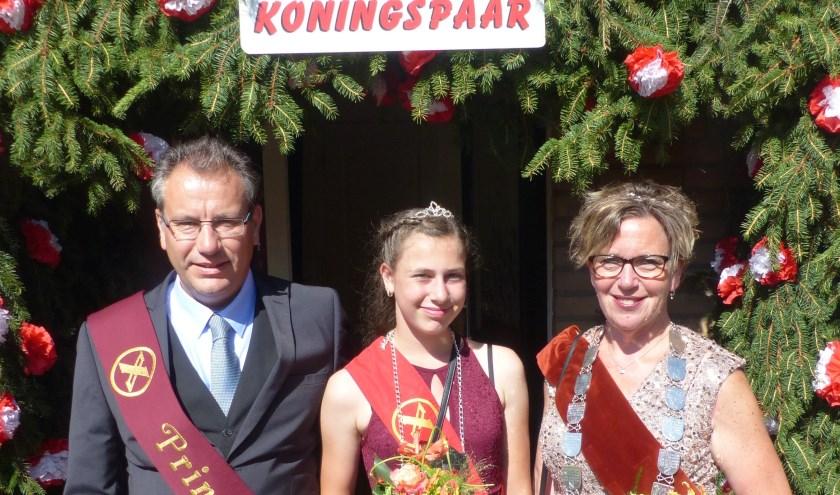 Het nieuwe koningspaar Mascha en Jacco Brouwer,  samen met jeugdkoningin Mabel Brouwer. Allen uit één gezin.