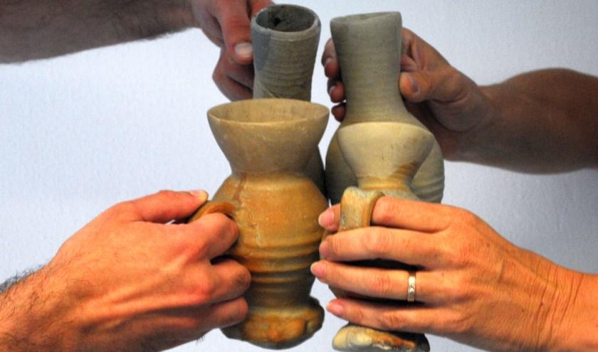 Proosten met Jacobakannen, zeker in de Middeleeuwen droegen deze drinkkruikjes veelvuldig bij aan ontspanning en vermaak. (foto: Voerman Museum Hattem)