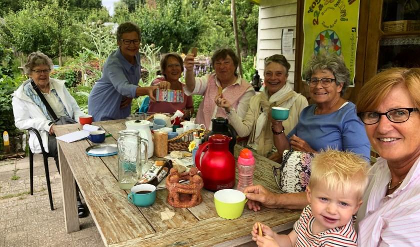 Vlnr. Anke, Petra (deelt koekjes), Loes, Aty, Karin, Els en Ria met kleinzoon Jack. Foto: Simone Langeveld